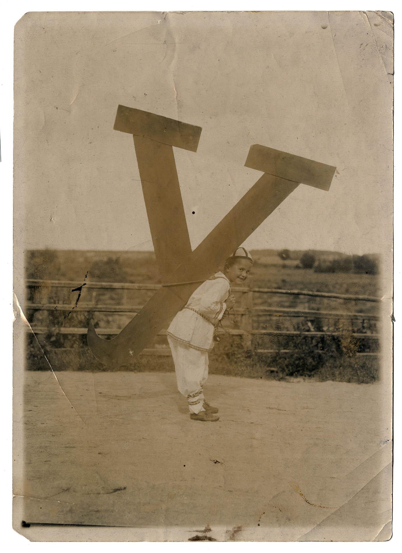 Teuvo Pakkala valokuvasi kirjaimia kantavia lapsia kuvitukseksi tekeillä olevaan aapiseen. Teuvo Pakkalan arkisto.