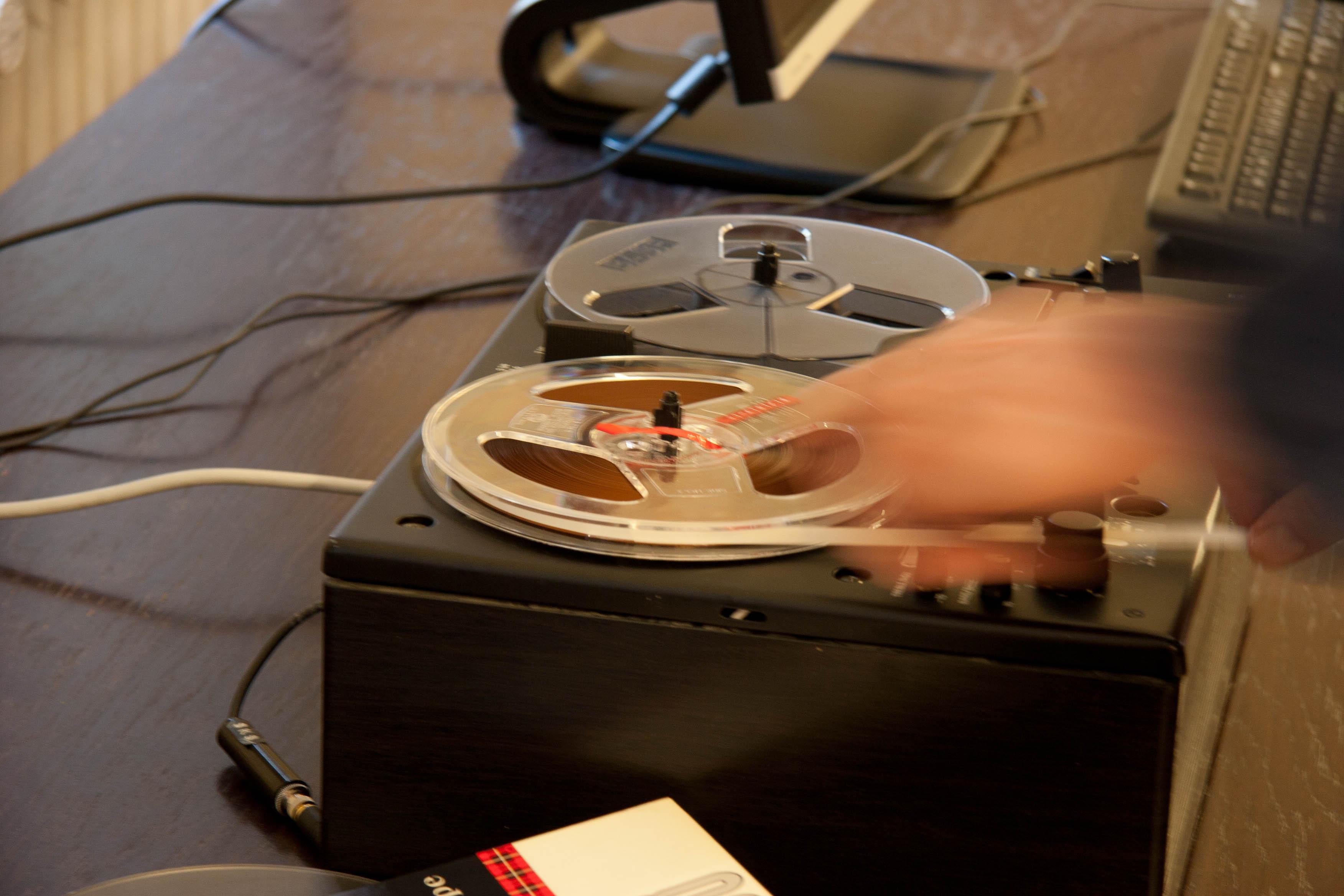 Arkistojen mielenkiintoisia ääniteaineistoja voit kuunnella nauhurilla ja digitaalisia äänitteitä tietokoneella. Kuva: Milla Eräsaari. SKS KIA.
