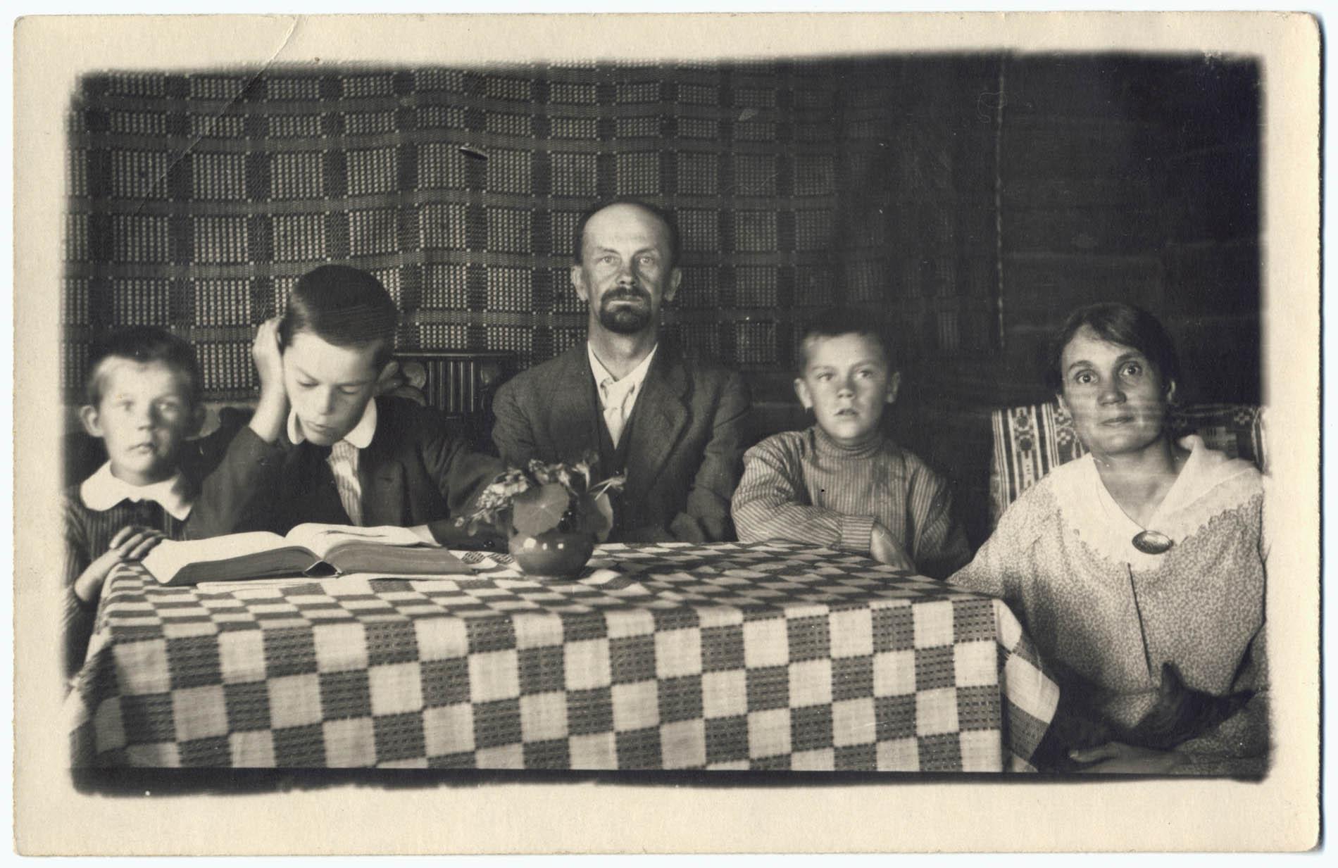 Otto Manninen ja Anni Swan lapsineen perhekuvaan asettuneina Kotavuoressa. Otto Mannisen arkisto.