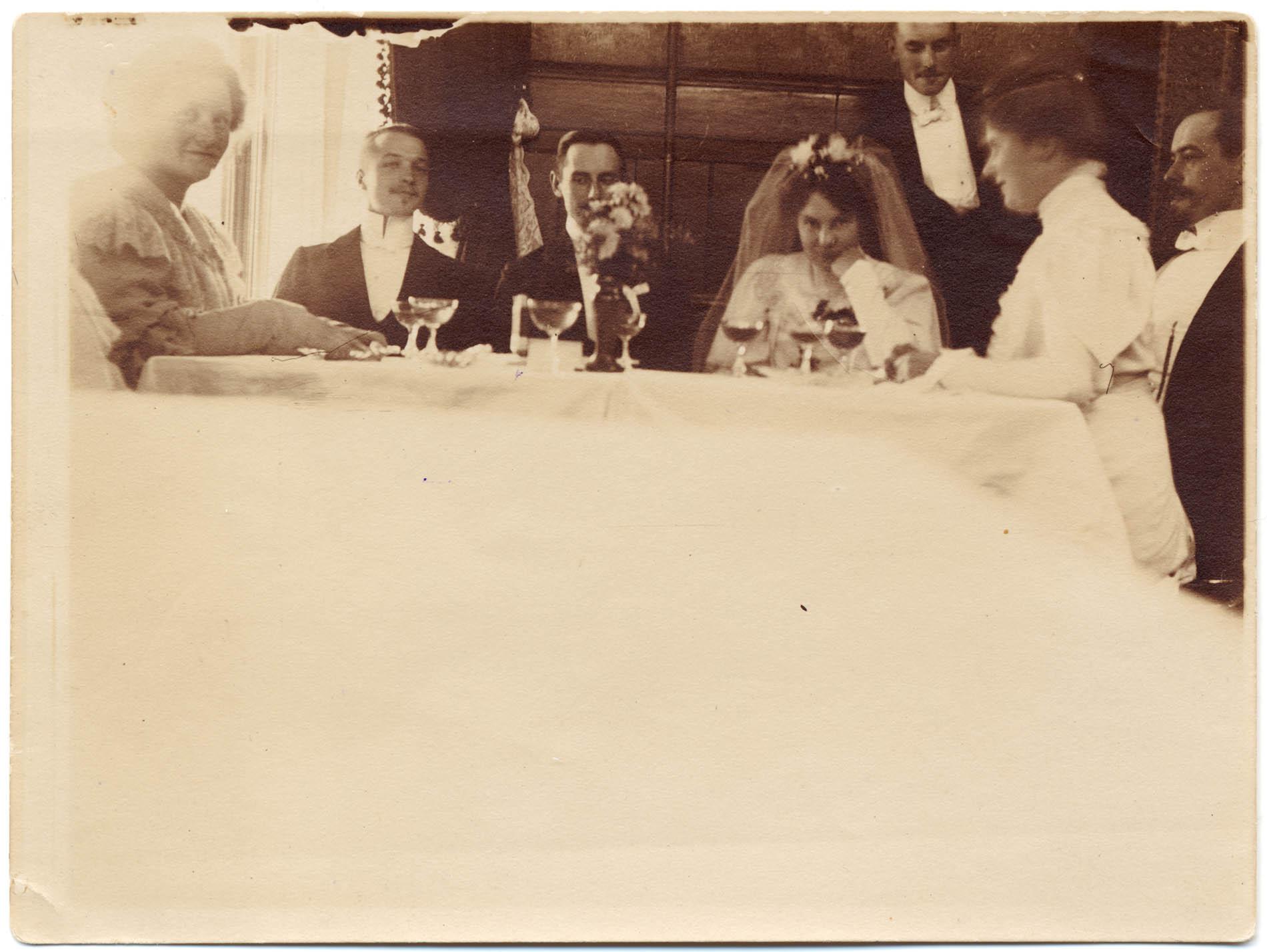 L. Onerva ja Väinö Streng hääpöydän ääressä Alppilassa vuonna 1905. L.Onervan arkisto.