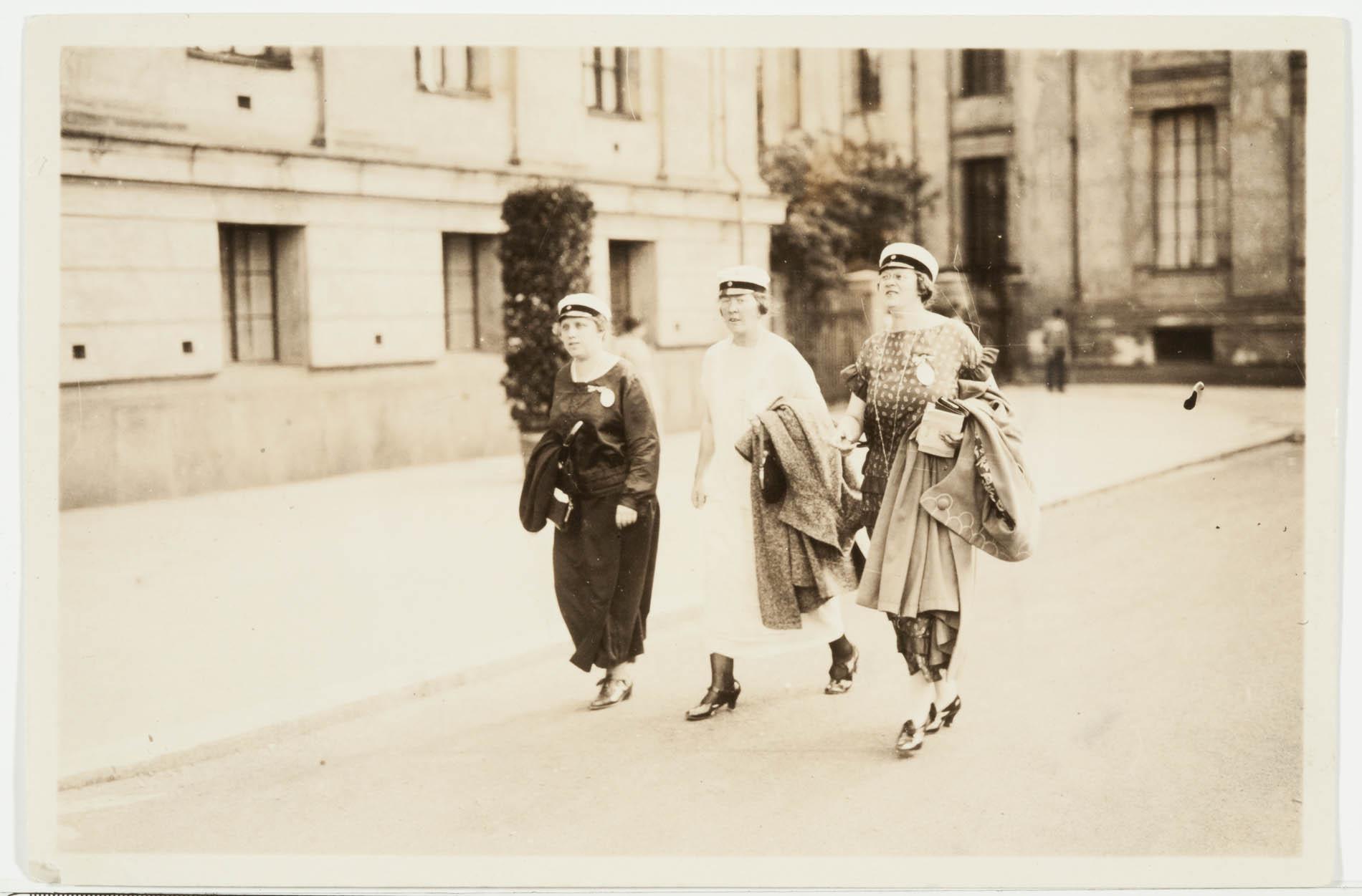 Tyyni Tuulio matkalla Akateemisten naisten kongressin avajaisiin Oslossa vuonna 1924. Tyyni Tuulion arkisto.