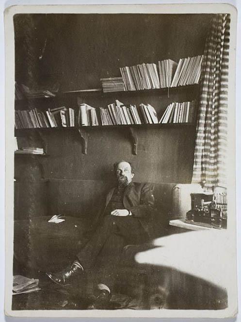 15. Useimmat viralliset kuvat Juhani Ahosta esittävät ryhdikästä ja työteliästä kirjailijaa. Kyösti Larsonin albumissa on säilynyt rennompi valokuva Ahosta: tuumaustauko työhuoneessa (SKS:n arkisto)