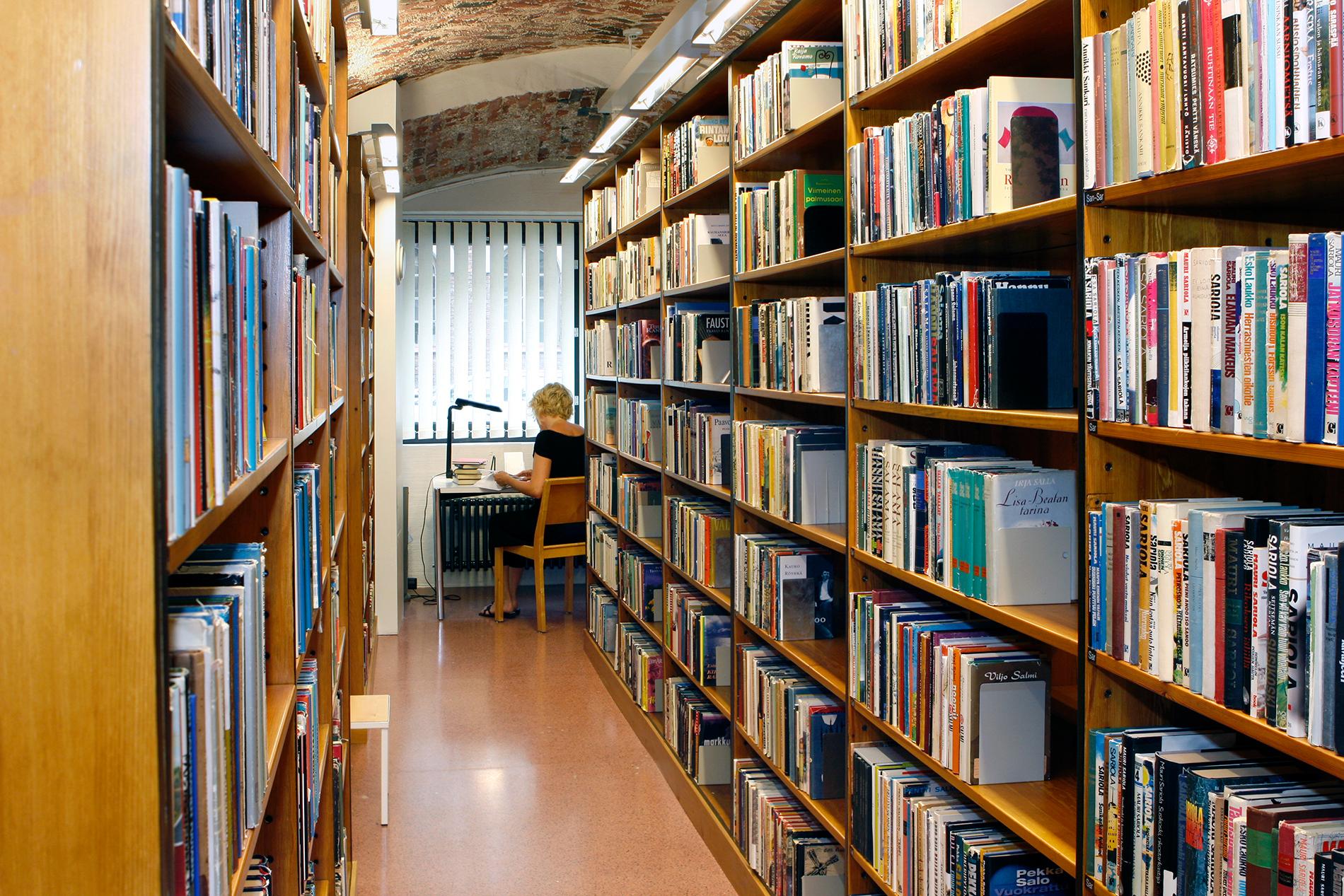 Kirjaston avokokoelmatiloissa on lukupaikkoja, asiakaskoneita ja langaton verkko. SKS. Kuvaaja: Reijo Piispanen.
