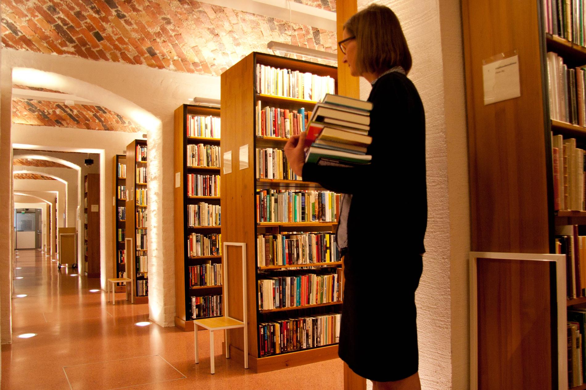Kulttuurien tutkimuksen ja kirjallisuudentutkimuksen avokokoelmat sijaitsevat kirjaston pohjakerroksessa. SKS KIA. Kuvaaja: Milla Eräsaari.
