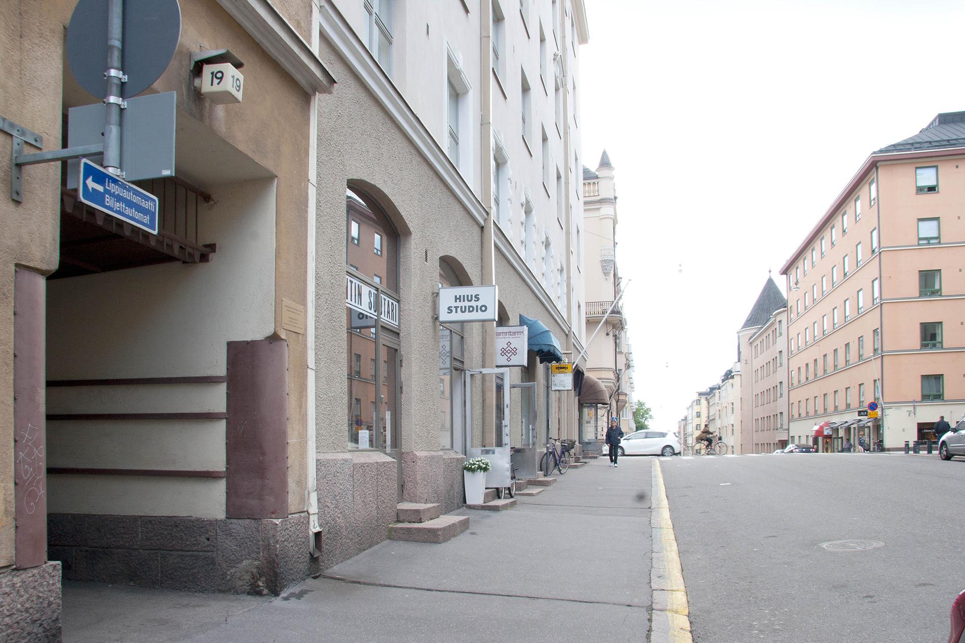 Kirjallisuuden ja kulttuurihistorian kokoelma sijaitsee Mariankatu 19 sisäpihalla. Pihassa on asiakaskäyttöön yksi autopaikka. SKS KIA. Kuvaaja: Milla Eräsaari.