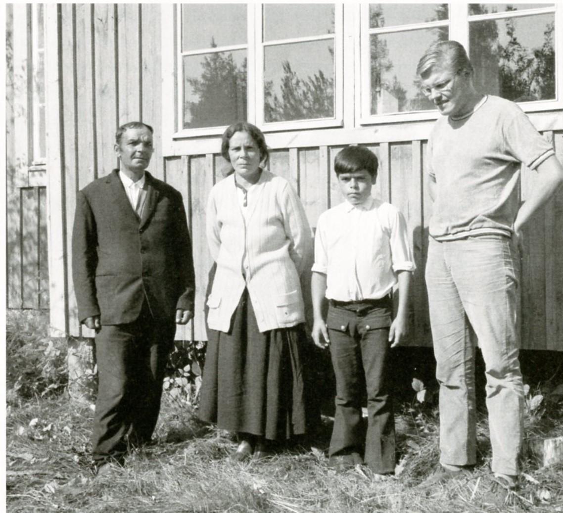 Kenttätöissä Saska Borgin luona Hartolassa 27.8.1969. Vasemmalta Saska Borg, Rauha Ek, Veijo Borg ja Pekka Laaksonen. Kuva: SKS.