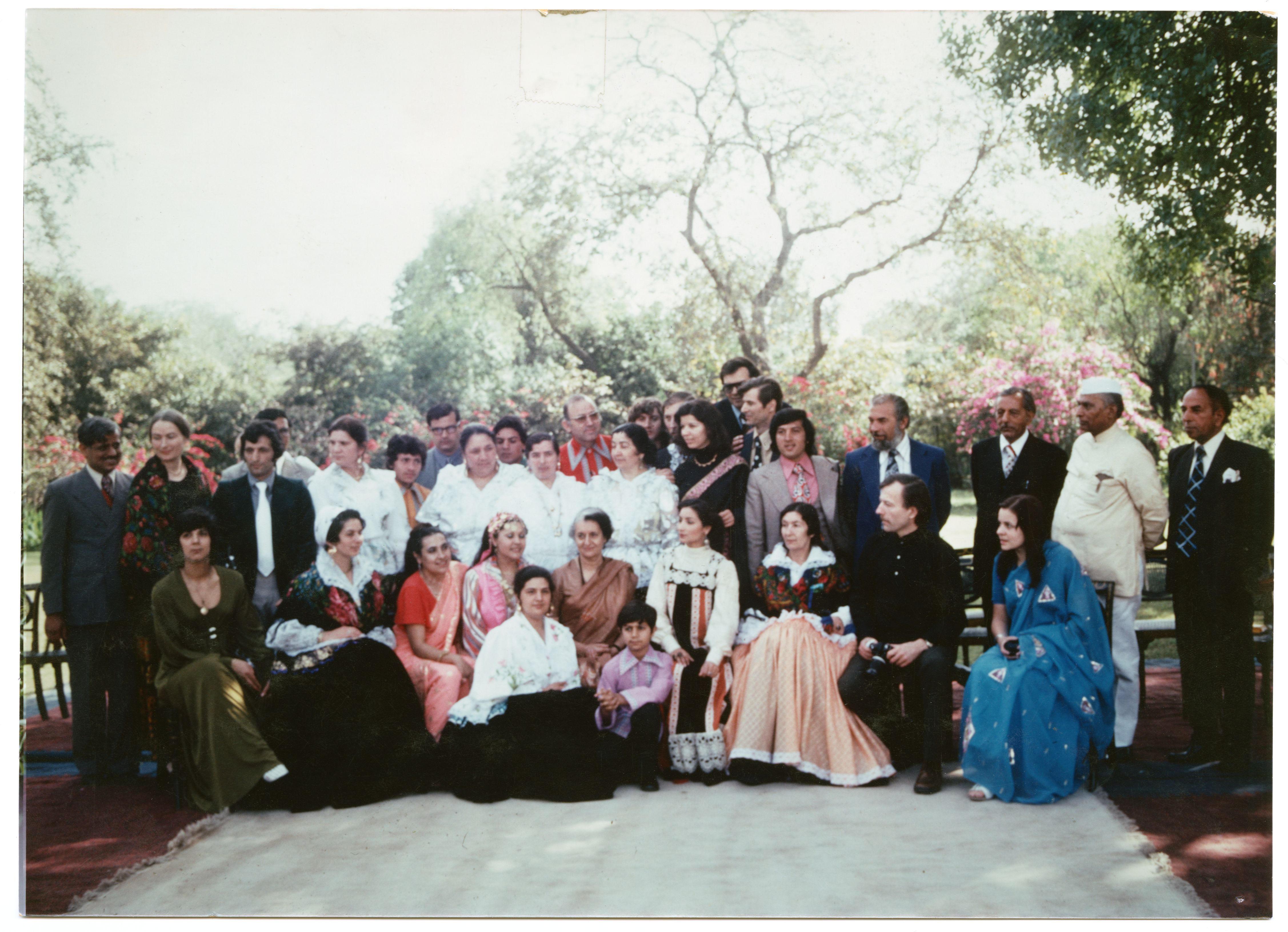 """Suomen romanit Intiassa New Delhissä Indira Gandhin vastaanotolla. Vierailu liittyi International Roma (Gypsy) Festival"""" –tapahtumaan, joka järjestettiin Candigarhissa 27-29.3.1976. Kuva: Aleka Stobinin valokuvat. SKS."""
