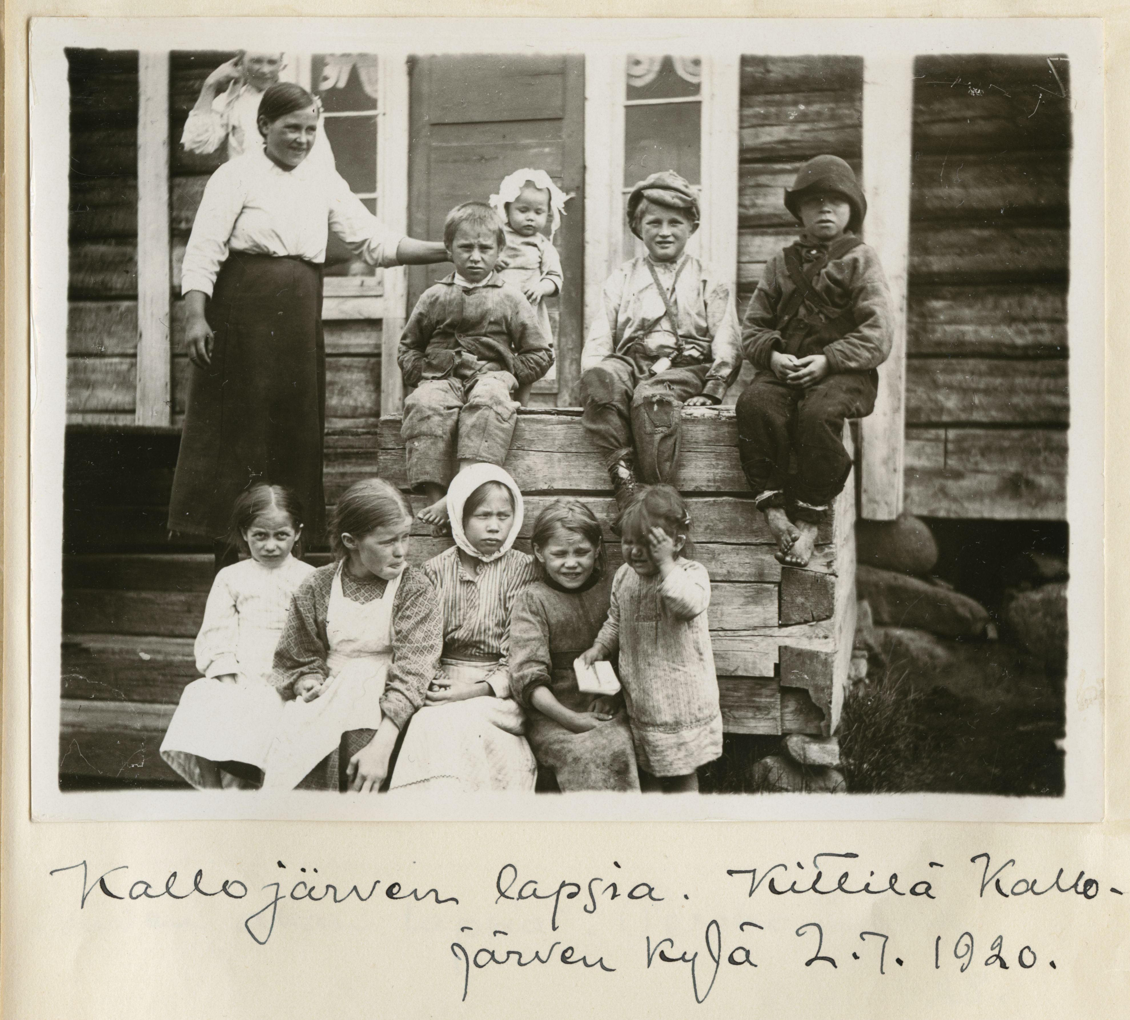 Kallojärven lapsia. Kittilä, Kallojärven kylä. 2.7.1920. Kuva: Samuli Paulaharju. SKS KRA.