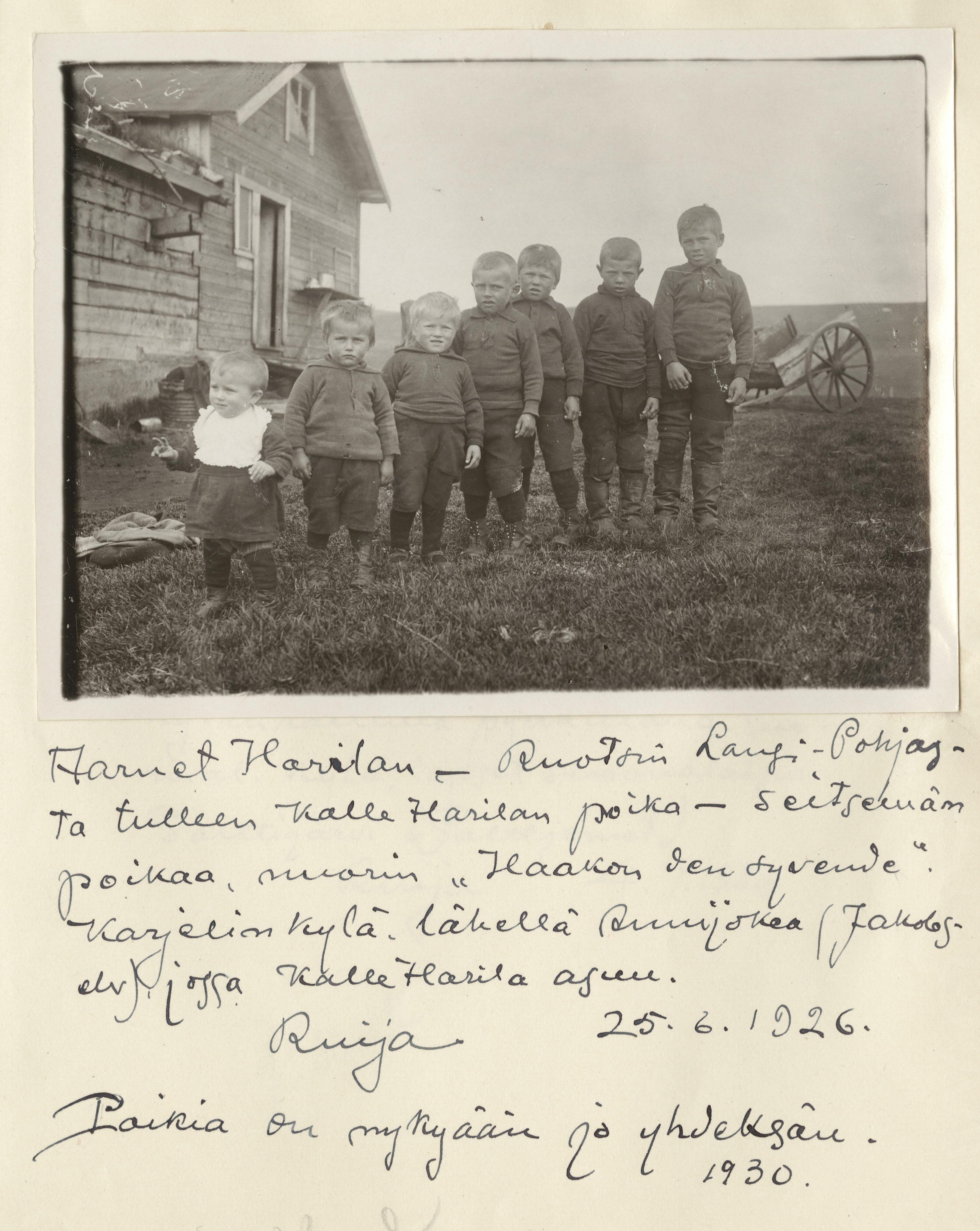 Karl-Andreas, Leif-Arnet, Laurits-Ingvar, Erling-Ludvig, Otto-Ingeman, Hans-Valdemar ja Haakon Harila. Kuva: Samuli Paulaharju. SKS KRA.