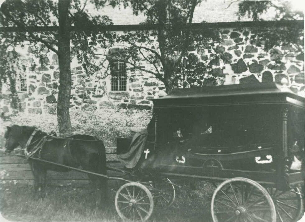 Karkun ruumisvaunut Vanhan kirkon hautausmaalla 1929. Kuvaaja tuntematon.  SKS KRA KKA.