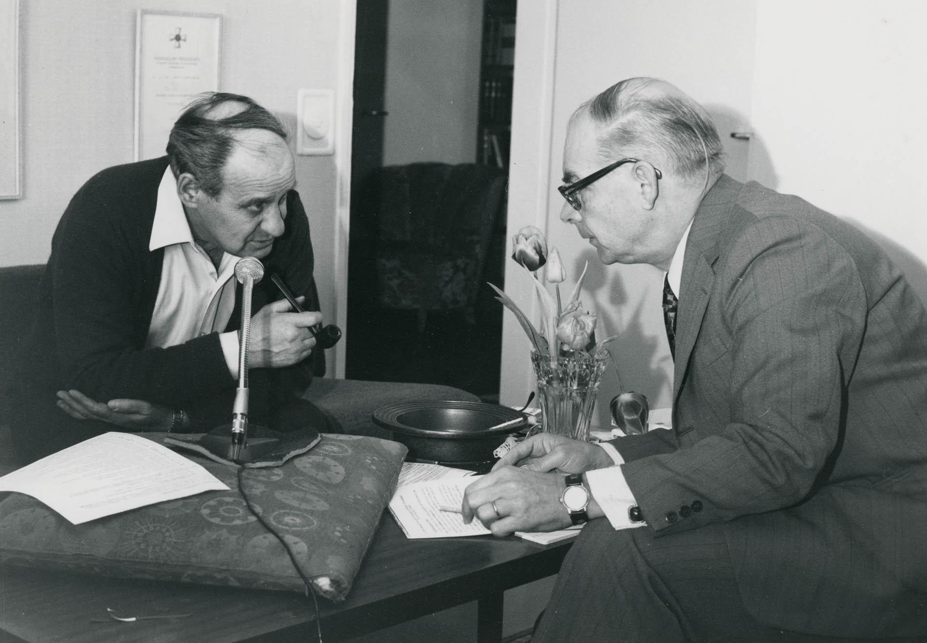 Pertti Virtaranta haastattelee Väinö Linnaa 1974 Linnan kotona Tampereella. SKS KIA. Väinö Linnan arkisto. Kuvaaja: Pekka Lehtimäki.