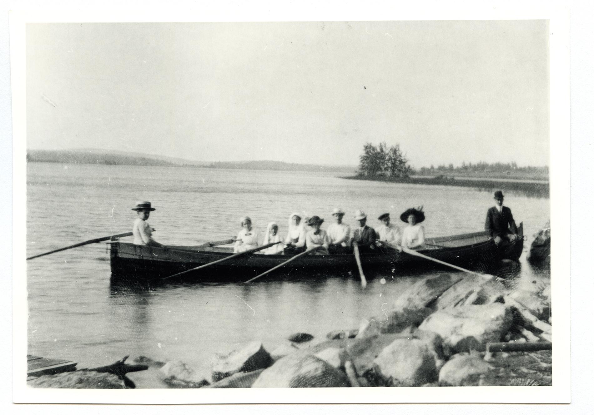 Kirkkovene Virma 5-hankainen 1913 Karkun Kärppälän rannassa lähdössä huviretkelle. SKS KRA KKA. Kuvaaja tuntematon.