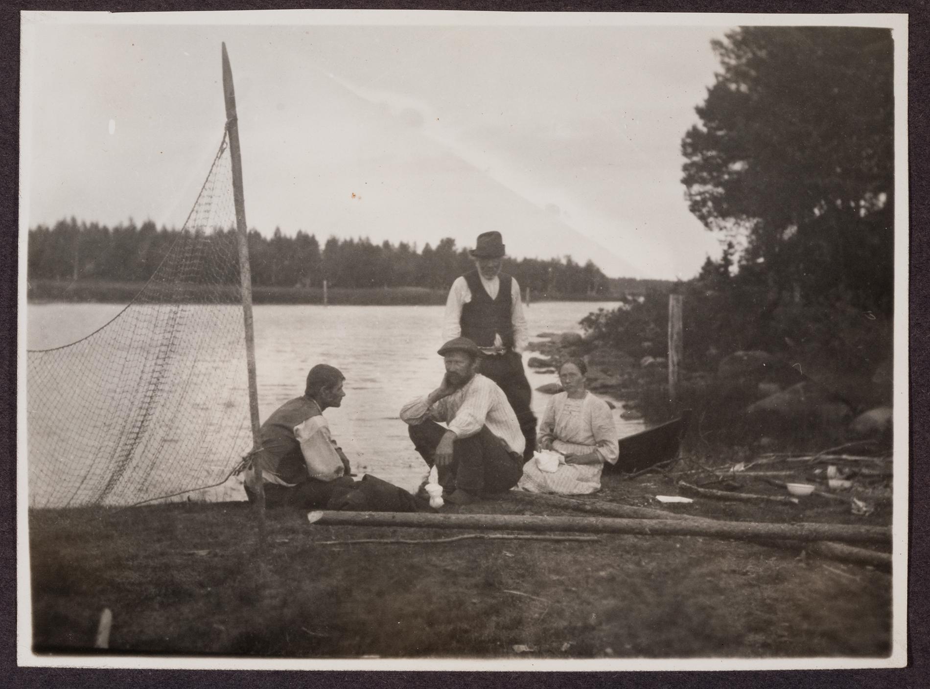 Koitajoen varrella Ilomantsin Megrijärvellä vuonna 1913. SKS KRA. Kuvaaja: Väinö Salminen.