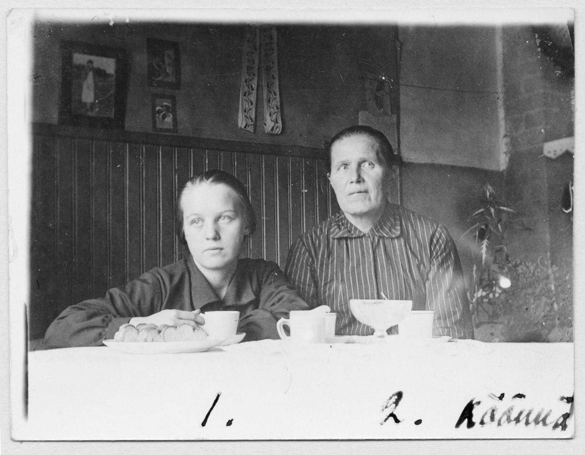 Kerääjä Naimi Kinnunen ja kertoja Maria Rautainen Paavolasta. Kuva on saatu arkistoon vuonna 1937. Kuvaaja tuntematon. SKS KRA.