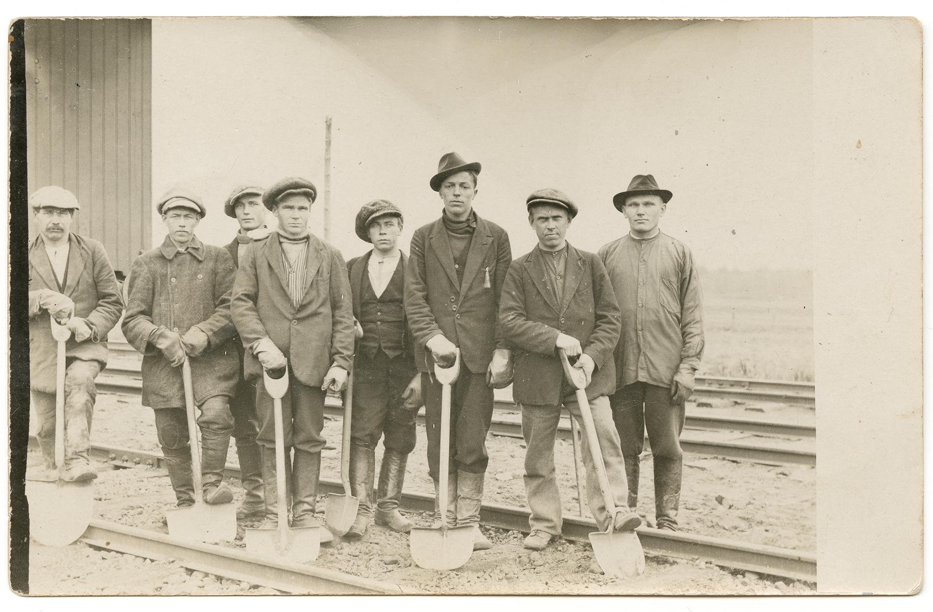 """Ratatyöläisiä, """"topparoikka Helylästä"""", kuvattu Sortavalassa vuonna 1920. SKS KRA. Kuvaaja tuntematon."""