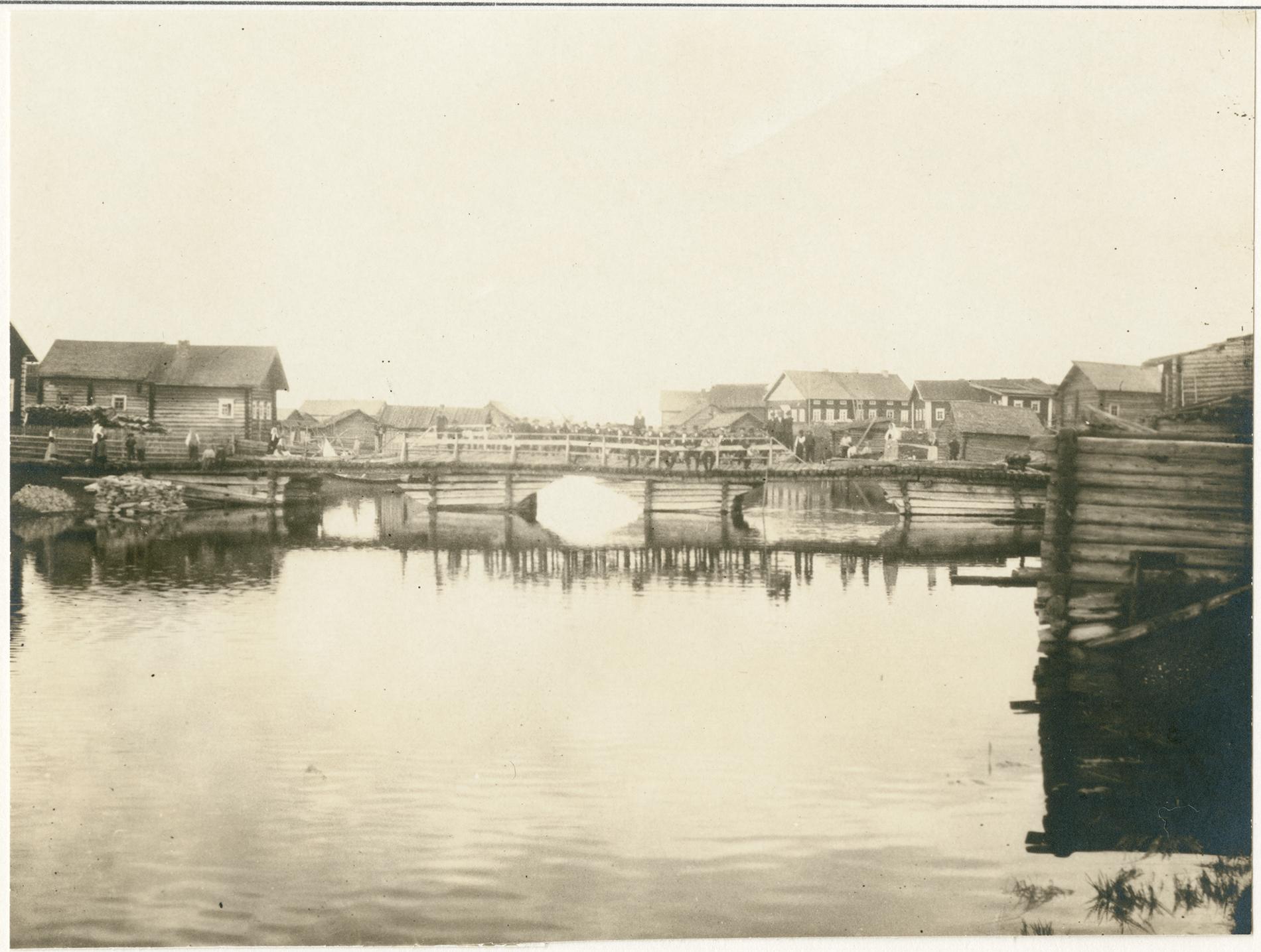 Lamminpohjan miehet sillalla pyhäiltana. Kuvattu Uhtuan Lamminpohjassa 1915. SKS KRA. Kuvaaja: A.O. Väisänen.