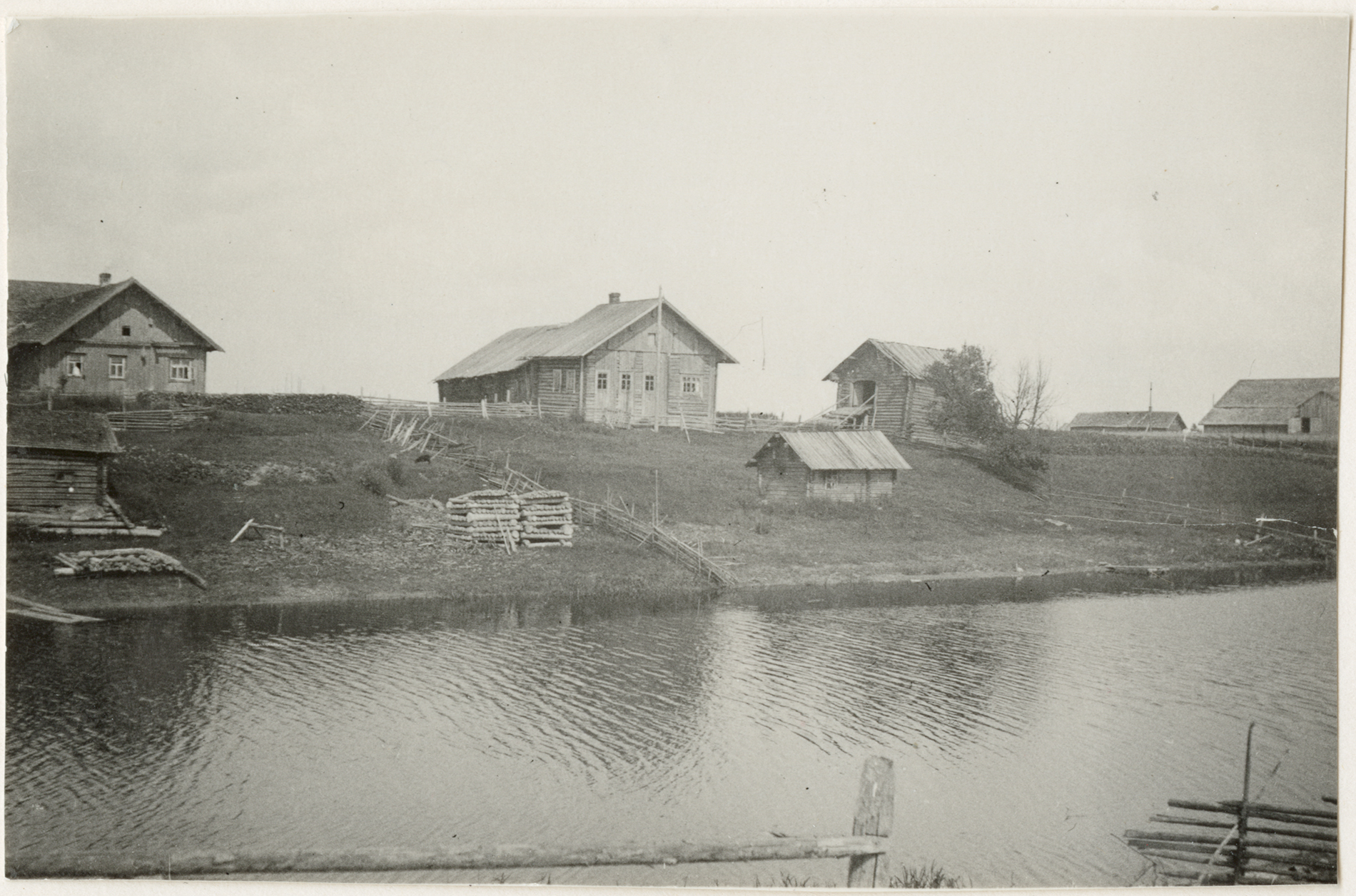 Salmi, Miinalan kylää joen varrella kuvattuna vuonna 1937. Kuva: Heikki T. Lehmusto.  SKS KRA.