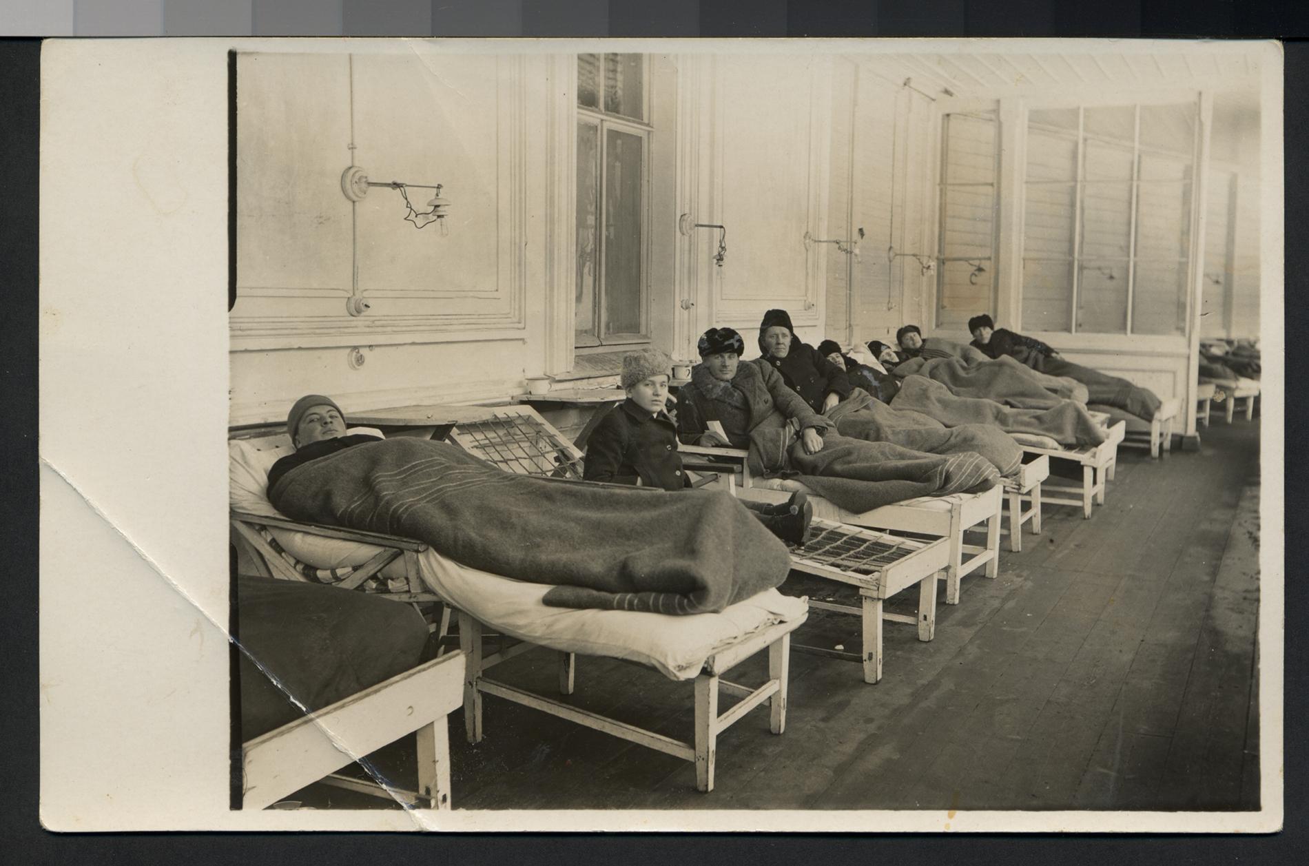 Loimaan parantolan potilaita hallimakuulla eli lepäämässä parvekkeella. Parantolaperinteen keruukilpailu 1971. Kuvajaa tuntematon. SKS KRA.