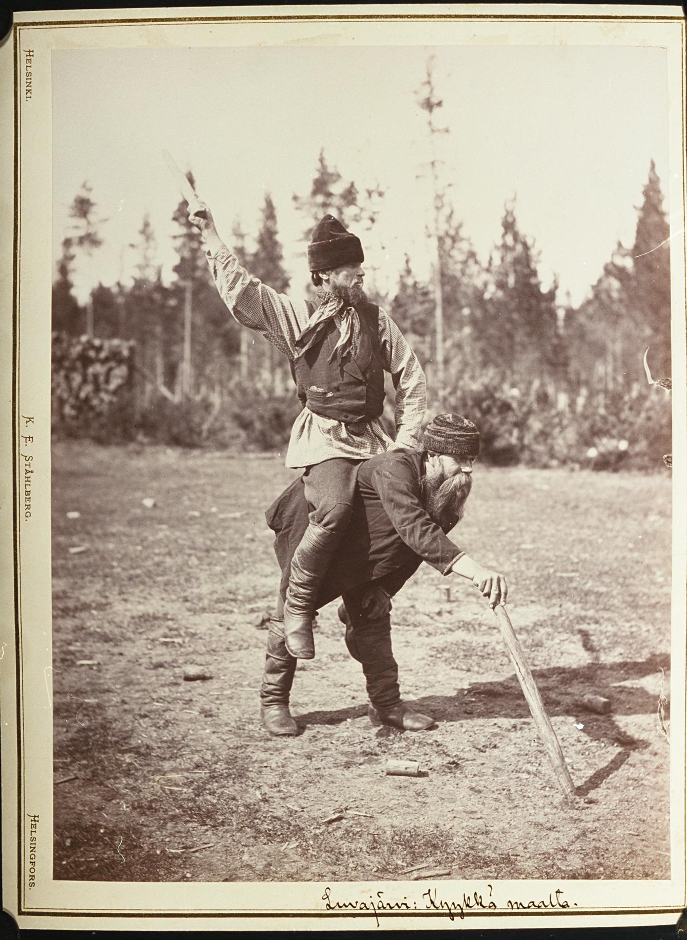 Kyykkäpeli, selästä ajo, kuvattu 1894. Kiimaisjärvi, Luvajärvi. Kuva: I.K.Inha. SKS KRA.