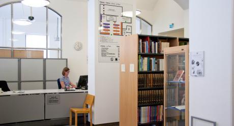 Neuvonta ja lainauspalvelut kirjaston ensimmäisessä kerroksessa. SKS KIA. Kuvaaja: Milla Eräsaari.