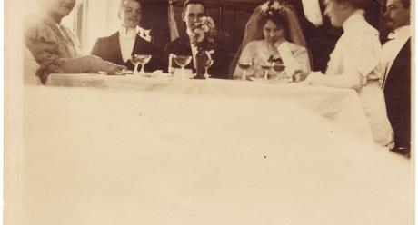 L. Onerva och Väinö Streng vid bröllopsbordet i Alphyddan 1905. L. Onervas arkiv.