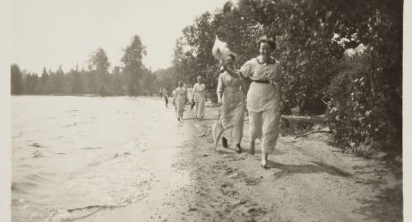 Kerran kauniina kesäpäivänä. Kuva K.G. Mäkelä, 1910-luku. Tyyni Tuulion arkisto.