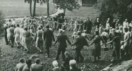 Hengellinen karkelo Pukkilan Torpin kylässä 1938-1940. Kuvaaja tuntematon. SKS KRA KKA.