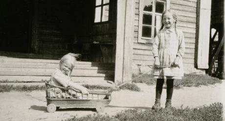 """Hilja Liinamaa, Ylihärmän Liinamaan tytär, vetelee pikkusiskoaan """"trilloilla"""" 27.7.1929.  Kuva: Samuli Paulaharju. SKS KRA."""