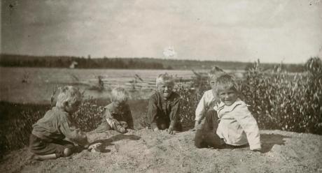 Poikia Kuusamon Ylikitkalta. 3.8.1917 Kuusamo. Kuva: Samuli Paulaharju. SKS KRA.