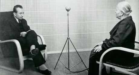 """Arvo T. Inkilä haastattelee Juvalaista """"kielenopasta"""" Henriika Tervosta vuonna 1939. Kyseessä sanakirjasäätiön ja kotikielen seuran murrenäytteiden äänittäminen. Kuva: 1939 (SKS, kirjallisuusarkisto)."""