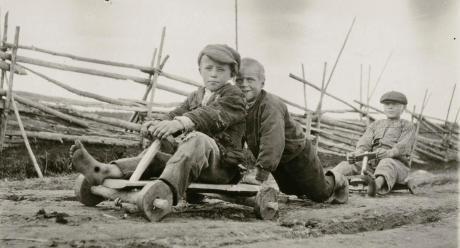 Hookonan pojat ajavat autolla. Perho, Humalalammen kylä eli Hookona. 22.6. 1928. Kuva: Samuli Paulaharju. SKS