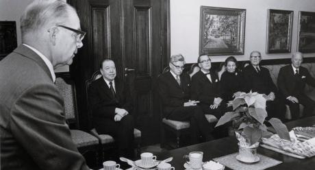 Kordelinin sali, jossa Suomen Akatemian rahoittaman kirjailijahaastatteluohjelman ensimmäiset haastateltavat vastaanottavat Pohto-mitalin. Kuva: 1972, Sverker Ström, lehtikuva (SKS, kirjallisuusarkisto).