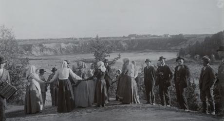 """""""Juhlasyöminkien jälkeiset leikit"""". From Kokemäenjoki, Harjavalta by U. T. Sirelius in around 1900. Photo: SKS"""