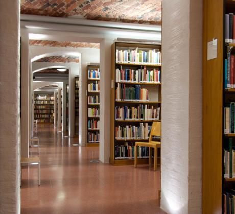 Kirjaston avokokoelmatila pohjakerroksessa
