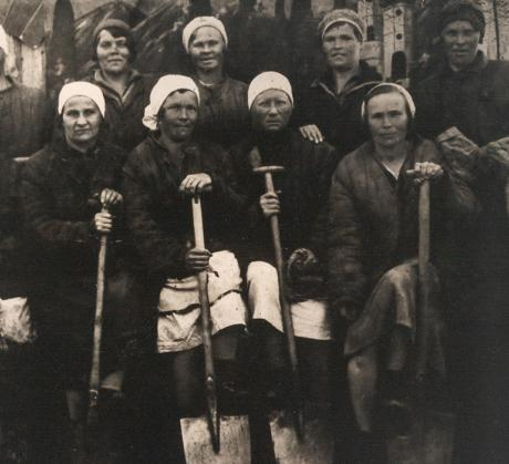 Suomalaisia vankeja Svirstroin työleirillä vuonna 1934. Stalinin vainojen muistot -keruu, SKS KRA.