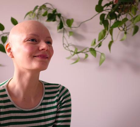 Hiukseton nainen. Kuva: Sara Tenhunen
