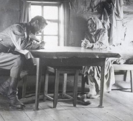 Väinö Kaukonen haastattelee Outi Nykästä Akonlahden Naurislahdessa 1943. SKS KRA.