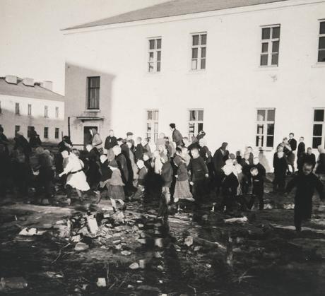 Kuvassa lapsia Kloogan leirillä helmikuussa 1943. Kuvaaja on Antti Hämäläinen, jonka varjo heijastuu keskelle kuvaa. Kuva: SKS:n arkisto AH 501:18.