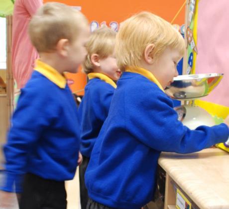 3- vuotiaiden pikkukoululaisten koulupäivät kestävät Walesissa vain muutaman tunnin. Kymrinkielisessä koulussa toistetaan asiat ensimmäisenä vuonna myös englanniksi. Kuva Kaisa Pankakosken albumista.