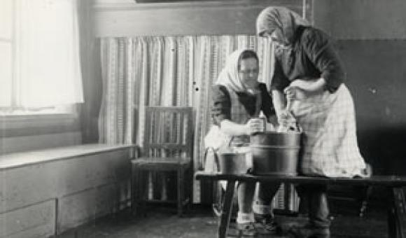 SKS 2745. Kropsua sotketaan. Kurikka, Rinta-Jyllilä, 1941. Kuvaaja Samuli Paulaharju.